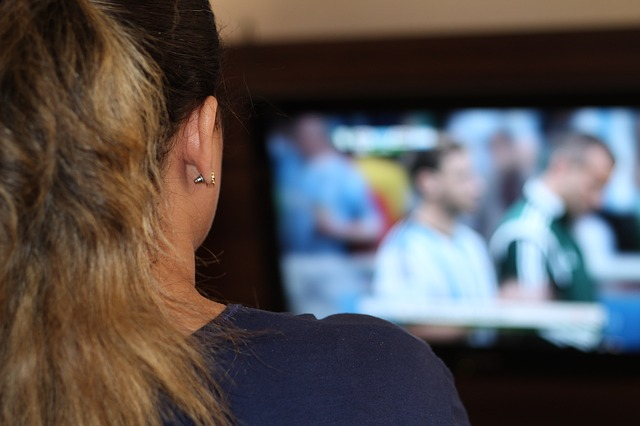 zena-gleda-tv-640
